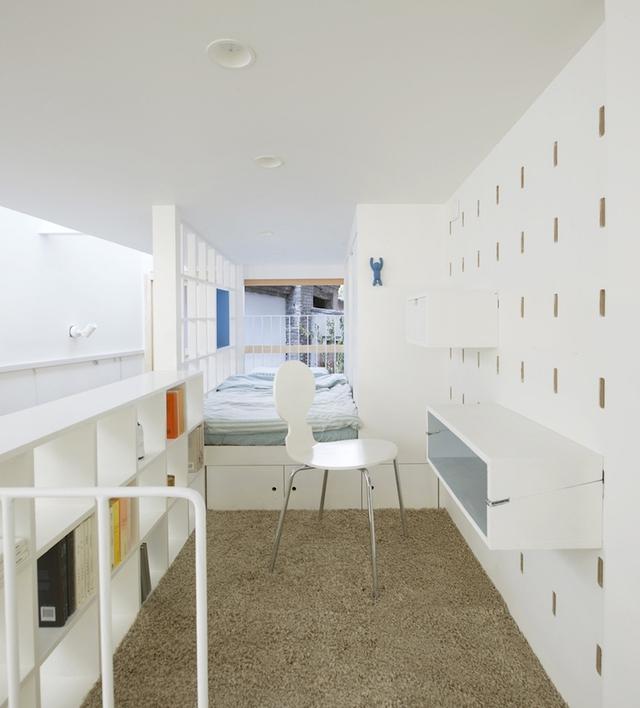 Phòng ngủ và góc học tập thoáng sáng trên gác.