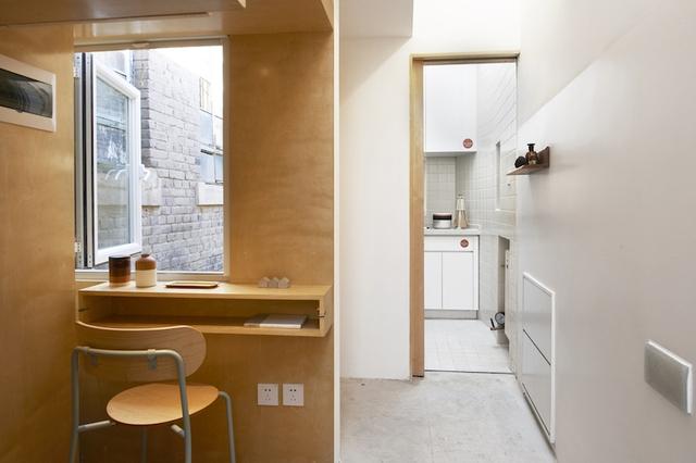 Khu vực bếp được bố trí riêng biệt cuối hành lang của ngôi nhà.