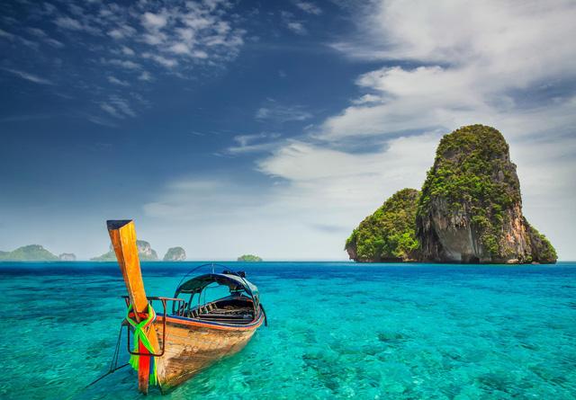 Railay, Thái Lan: Bạn chỉ có thể đến nơi huyền diệu này bằng thuyền trên một bán đảo nhỏ của người Thái. Hãy dành hẳn nguyên ngày để leo trèo trên những vách đá vôi, khám phá hệ thống các hang động hùng vĩ rồi bơi ra các đảo lân cận, sẽ cực tuyệt vời đấy!