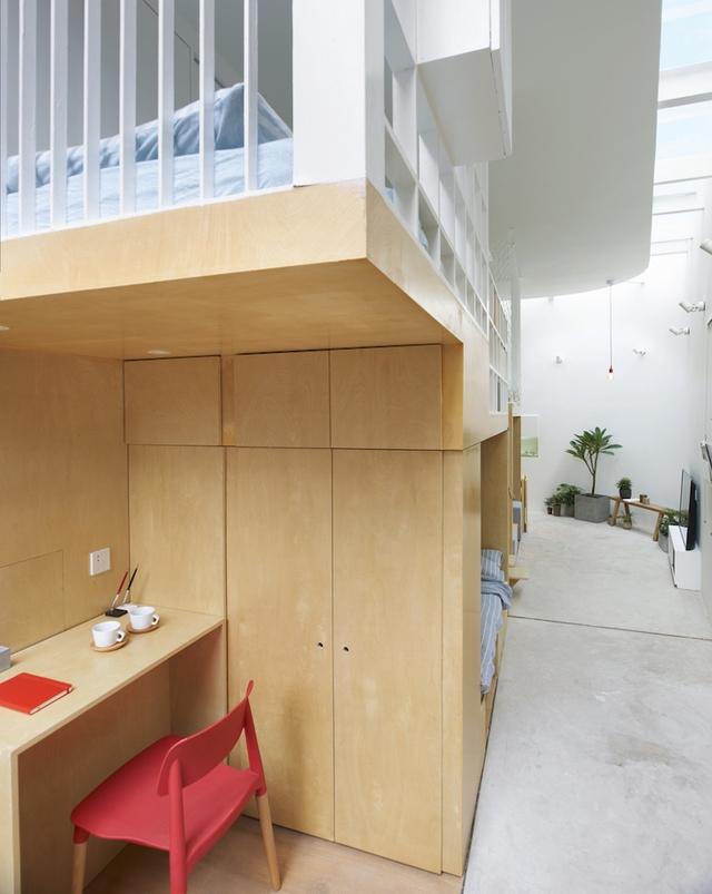 Hệ kệ này tạo ra một sảnh dẫn vào nhà, ngay lối vào là góc học tập nhỏ dành cho trẻ bên cạnh là giường ngủ.
