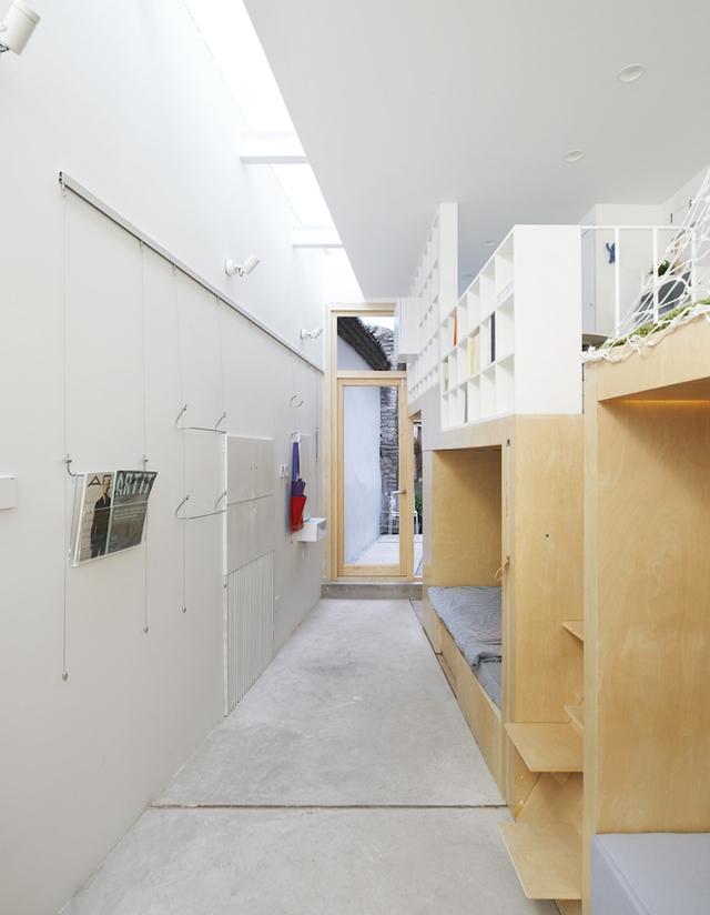 Dọc bức tường chủ nhà còn gắn rất nhiều móc treo tạo thêm không gian treo đồ cho gia đình.