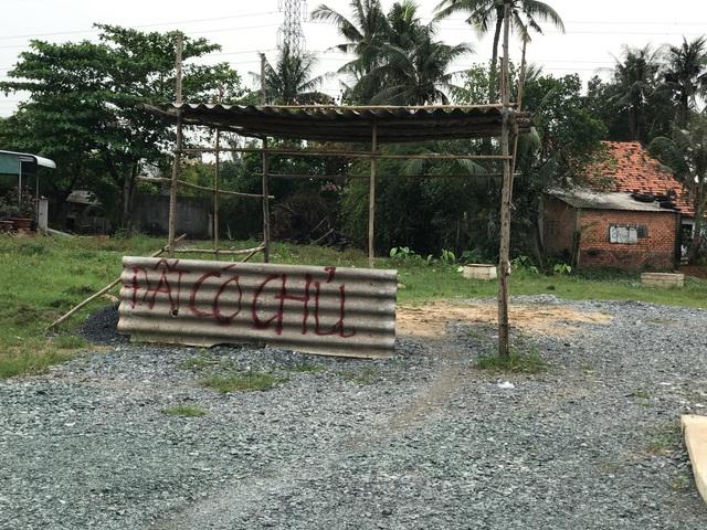 Hàng trăm lô đất đang được rao bán mọi kiểu cách ngay tại khu dân cư.