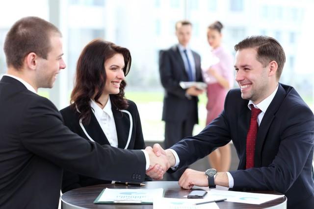 Các chính trị gia hay doanh nhân không nhìn cụ thể vào mắt đối tượng trong thời gian dài mà luôn nhìn vào vùng tam giác trên khuôn mặt, để tạo cảm giác thoải mái trong giao tiếp.