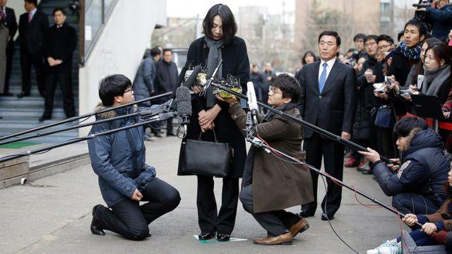 Cho Hyun Ah, con gái Chủ tịch tập đoàn Korean Air, mất chức, ngồi tù vì bê bối hạt mắc ca gây chấn động.