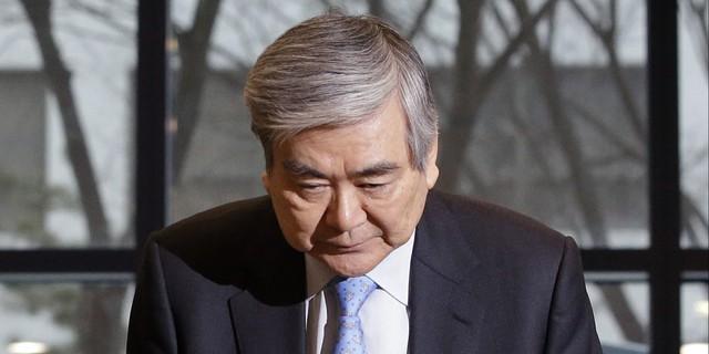 Chủ tịch tập đoàn Korean Air Cho Yang Ho cúi đầu xin lỗi vì bê bối của con gái.