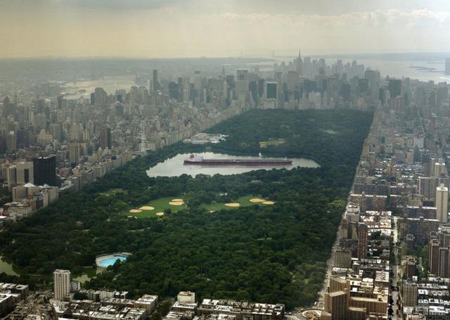 Tàu chở dầu lớn nhất thế giới Seawise Giant, với chiều dài 458 m, có thể nằm gọn bên trong hồ nước chính của Công viên Trung tâm, thành phố New York, Mỹ.