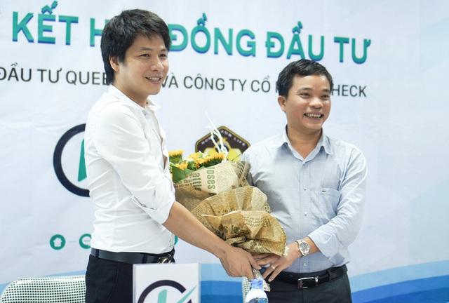 Ông Nguyễn Văn Hải (phải) và CEO iCheck Vũ Thế Tuấn tại lễ ký kết hợp đồng đầu tư.