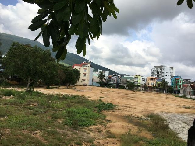 '' Một khu đất vàng khác rộng hơn 5.000m2 cũng trùm mền nhiều năm qua trước tuyến đường ven biển thành phố Quy Nhơn. ''