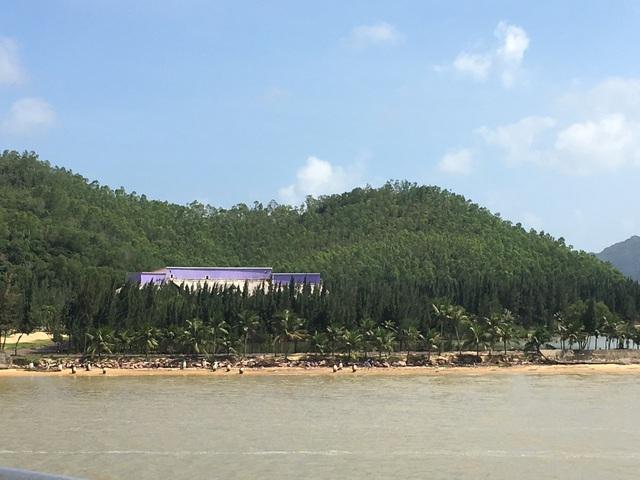 Một khu nghỉ dưỡng được xây dựng duy nhất trên một chởm hòn đảm hướng ra biển tại chân cầu Thị Nại