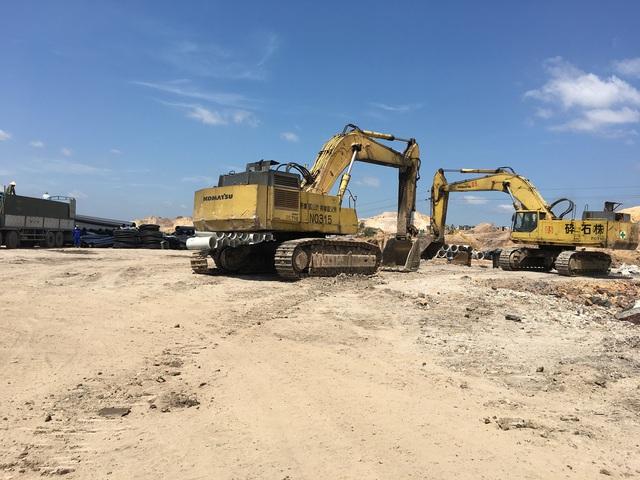 Máy móc, phương tiện và vật tư phục vụ thi công dự án FLC Hạ Long được tập kết sẵn sàng cung ứng cho công trường.
