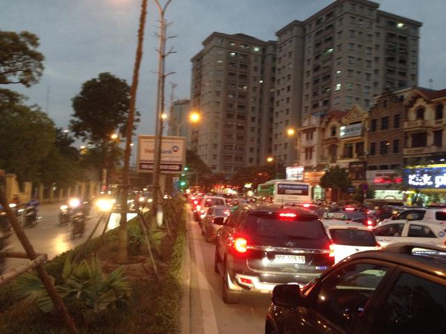 Hạ tầng giao thông khu Linh Đàm đang quá tải, ngộp thở.