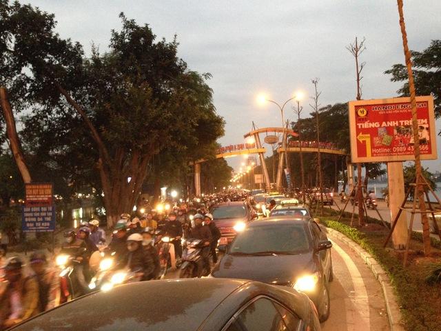 Vào giờ tan tầm, đường Nguyễn Hữu Thọ vào khu đô thị Linh Đàm từ tuyến đường Giải Phóng luôn kín đặc phương tiện giao thông.