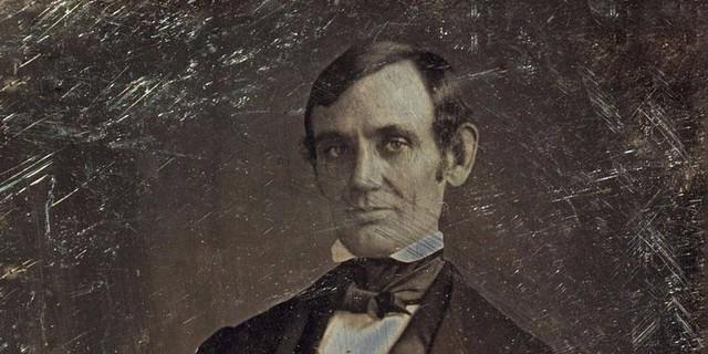 Dù rất nổi tiếng nhưng không nhiều người biết Abraham Lincoln từng sở hữu một quán rượu. Giấy phép kinh doanh rượu giúp Lincoln làm ăn rất tốt. Tuy nhiên, cửa hàng mà ông đồng sở hữu với một người bạn lâm vào cảnh thất thu và để lại những khoản nợ lớn.