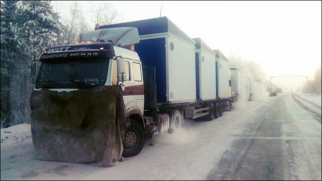 Những đoàn xe tải xếp hàng dài vì không thể hoạt động do nhiên liệu đóng băng.