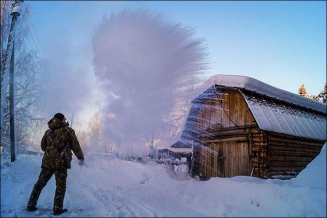 Thời tiết quá lạnh khiến nước sôi đóng băng ngay khi được hất lên không trung.