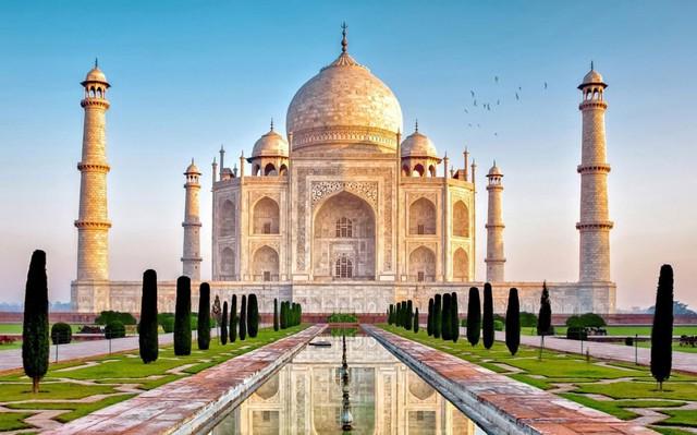 Chốn lừng lẫy Taj Mahal ở miền bắc Ấn Độ là một lăng tẩm bằng đá cẩm thạch trắng tuyệt đỉnh. Ngôi đền được coi như viên ngọc quý của nghệ thuật Hồi giáo Ấn Độ và thường được tìm đến với mục đích thờ phụng cũng như tham quan.