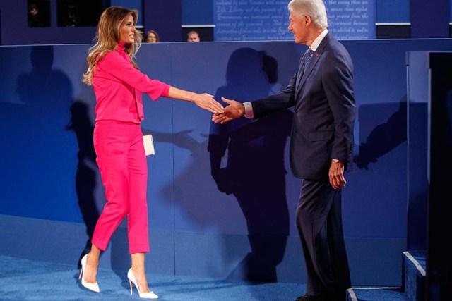 Ông Bill Clinton và bà Melania Trump tay bắt mặt mừng. (Ảnh: REX Shutterstock)