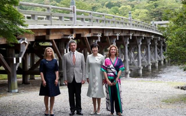 Ông Sauer chụp ảnh cùng bà Malgorzata Tusk (trái), vợ Chủ tịch Hội đồng châu Âu Donald Tusk; bà Akie Abe (thứ 2 từ phải), phu nhân Thủ tướng Nhật Shinzo Abe và bà Sophie Gregoire-Trudeau, vợ thủ tướng Canada Justin Trudeau.