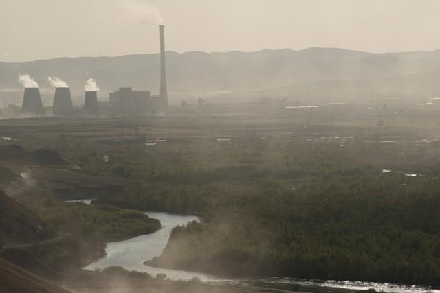 Các nhà máy nhả khí thải vào bầu trời, khiến không gian bị khói mờ bao phủ. Ảnh: New York Times