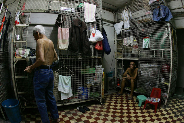 Nhà lồng, nơi náu thân của những người nghèo khổ. Ảnh: Atlas Obscura