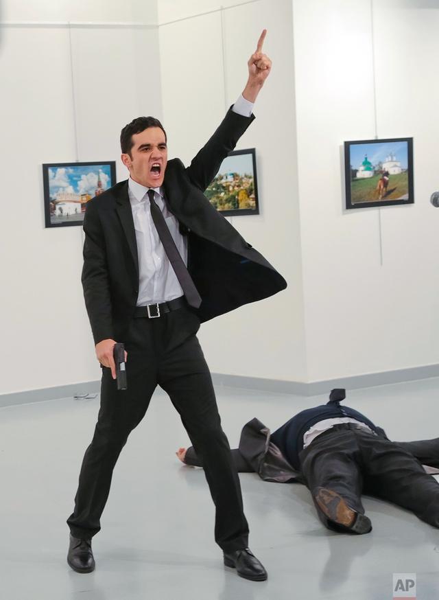 Kẻ tấn công bắn gục Đại sứ Nga trong buổi triển lãm ở Ankara, Thổ Nhĩ Kỳ. Ảnh: AP
