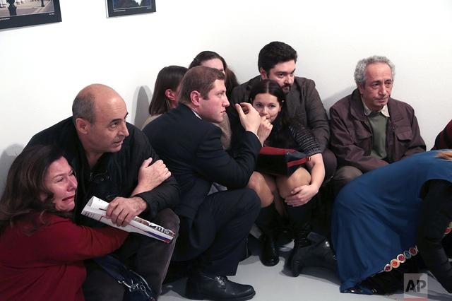 Đám đông sợ hãi trong căn phòng, nơi Đại sứ Nga bị bắn. Ảnh: AP