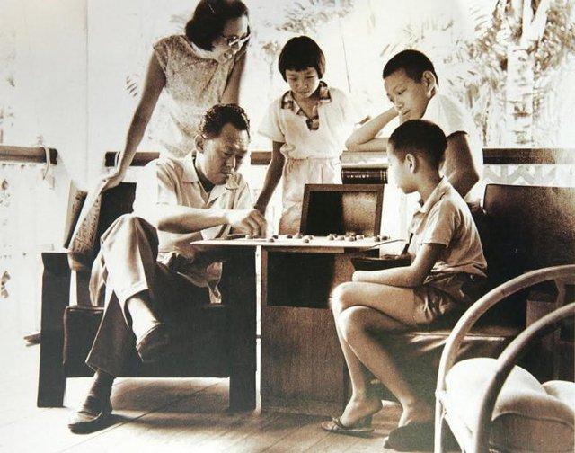 Ông Lý Quang Diệu nổi tiếng với việc dạy con nghiêm khắc từ khi còn nhỏ, luôn dạy con cái tự lập, khiêm tốn, cố gắng và phấn đấu hết mình vì đam mê riêng