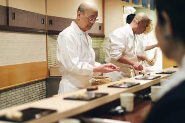 Bên trong cửa hàng sushi Sukiyabashi Jiro
