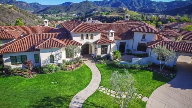 Ca sĩ Britney Spears rao bán căn biệt thự tại Thousand Oaks với giá 7,9 triệu USD. Căn nhà có 5 phòng ngủ, 7 phòng tắm, bể bơi và cả rạp chiếu phim thu nhỏ.