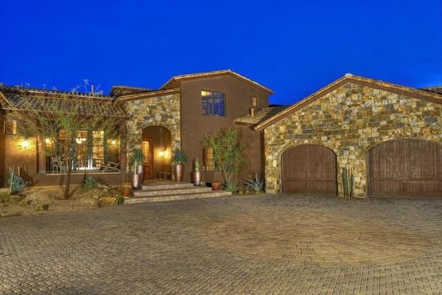 Frankie Muniz bán biệt thự tại Arizona giá 2,79 triệu USD. Biệt thự trông thô ráp, cứng cáp nhưng nội thất bên trong rất hiện đại.