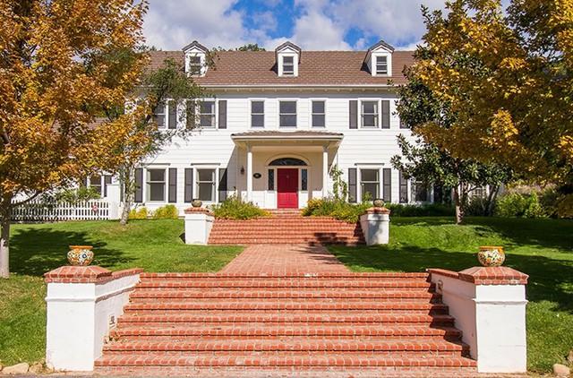Nữ diễn viên Emily Blunt rao bán biệt thự tại California với giá 3.25 triệu USD.