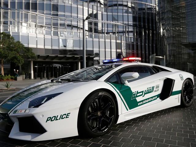 Cảnh sát lái siêu xe: Lực lượng cảnh sát Dubai được trang bị những chiếc siêu xe mơ ước của nhiều người, như Aston Martin One-77 (trị giá 1,79 triệu USD), hay Ferrari FF (500.000 USD) và Lamborghini Aventador (xấp xỉ 397.000 USD). Ảnh: Business Insider.