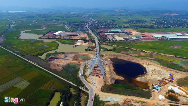 Quốc lộ 18A đoạn địa phận xã Bình Dương, Đông Triều, Quảng Ninh đang tạm bẻ cong đường để xây dựng công trình cổng chào hoành tráng nhất Việt Nam.