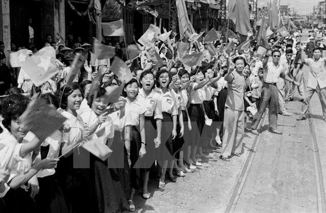 Nhân dân Thủ đô vui mừng đón bộ đội Giải phóng ngày 10/10/1954. (Ảnh: TTXVN)