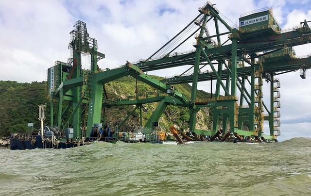 Sà lan cùng giàn máy cẩu bị mắc kẹt tại mỏm đá thuộc đảo Hòn La. Ảnh: CTV.