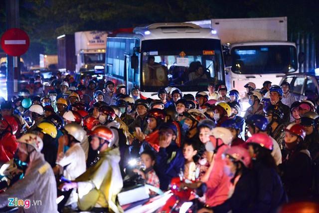 Cơn mưa cuối giờ chiều ngày cuối tuần làm tuyến đường Nguyễn Văn Linh - Nguyễn Hữu Thọ ùn tắc. Xe tải, xe đầu kéo, xe máy chen nhau xếp hàng dài hàng km.Vào giờ cao điểm khu vực này thường xảy ra tình trạng ùn ứ nhưng người đi đường không thể hình dung chiều thứ bảy lại kẹt xe quá nặng.