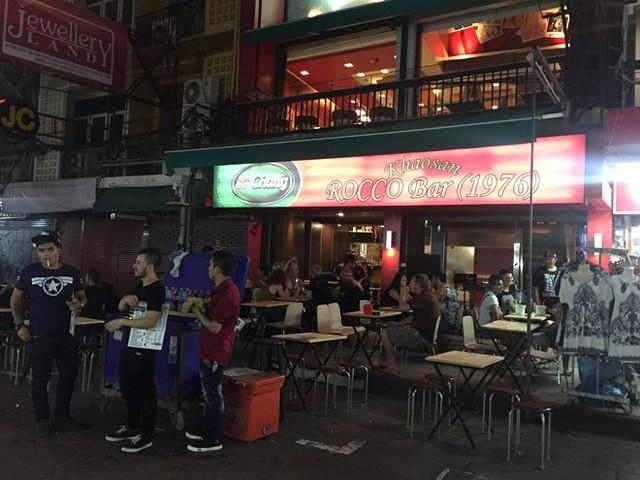 Một quán bar ở phố Khao San thưa khách trong ngày quốc tang. Ảnh: CT.