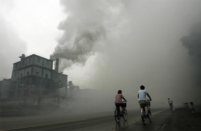 Người dân chung sống với ô nhiễm ở Hà Bắc, thủ phủ ngành thép Trung Quốc. | ẢNH: CHINA DAILY
