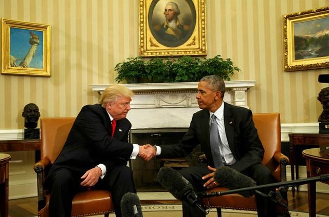 Phút thân mật hiếm hoi trong cuộc gặp của Tổng thống Obama và người kế nhiệm Trump. Hai người vẫn chưa thể xóa bỏ hết sự ngại ngùng với nhau sau nhiều tháng dài chỉ trích qua lại. Ảnh: Reuters.