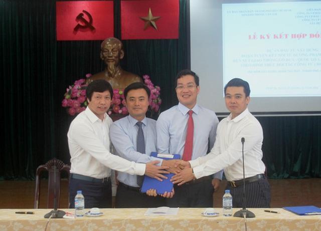 Ông Bùi Xuân Cường, Giám đốc Sở GTVT TP (thứ 2, từ trái qua) ký kết với các nhà đầu tư sáng 25-11