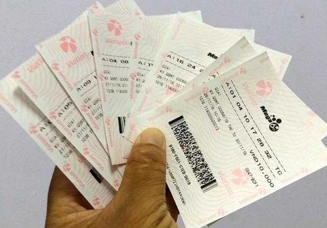 Ngày 30/11, một người tỉnh khác sang Trà Vinh tìm mua 8 vé điện toán in sẵn với tổng số tiền 96.000 đồng (12.000/vé) mong may mắn. Kết quả mở thưởng tối cùng ngày không giúp anh trúng được giải nào. Ảnh: Việt Tường.