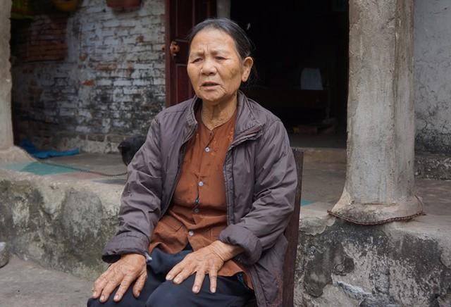 Bà Lũy sống trong căn nhà cấp 4 xập xệ, bị cán bộ thu lại tiền đền bù đất đai không rõ lý do. Ảnh: Nguyễn Dương.