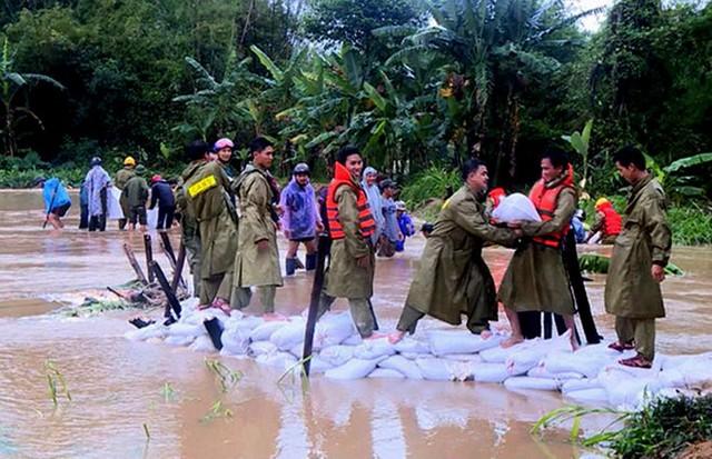 Lực lượng quân đội, công an khắc phục khẩn cấp bờ suối sạt lở do lũ lớn tràn về xã Hoài Sơn (huyện Hoài Nhơn). Ảnh: Báo Bình Định.