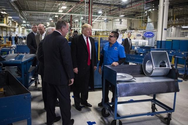 Ông Trump trò chuyện với công nhân Công ty Carrier ngày 1/12. Ảnh: THE WASHINGTON POST