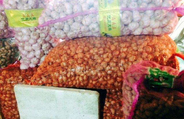 Tỏi Trung Quốc được chất đống, bày bán tràn lan tại khắp các chợ ở Việt Nam
