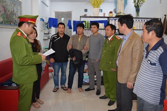 Cơ quan công an đọc lệnh bắt khẩn cấp đối với nghi can Nguyễn Hoàng Tâm.