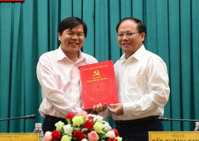 Ông Tất Thành Cang, Phó Bí thư Thường trực Thành ủy TP HCM (phải) trao quyết định cho ông Tăng Hữu Phong