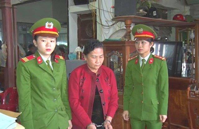 Công an huyện Con Cuông đọc lệnh khám xét nơi ở và bắt tạm giam đối với bà Nguyễn Thị Thảo.