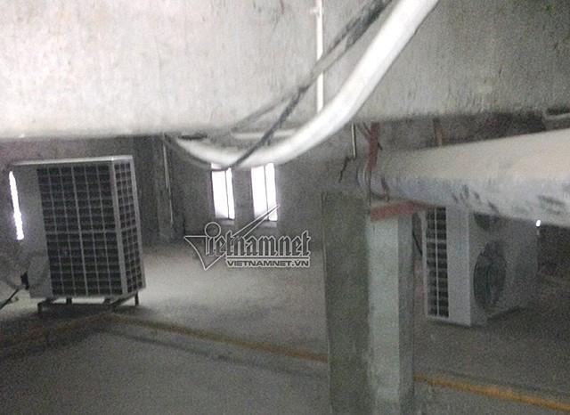Hai dàn nóng của điều hòa đặt ở tầng kĩ thuật ngày đêm tỏa nhiệt lượng ảnh hưởng đến đời sống các hộ dân tầng 2