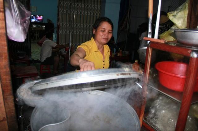 Chị Huân tha hương bán hủ tiếu vì không sống nổi với muối nữa - Ảnh: TRẦN MAI